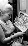 1968 Vor dem Finale: Frau Jablonski mit dem Sport-Beobachter